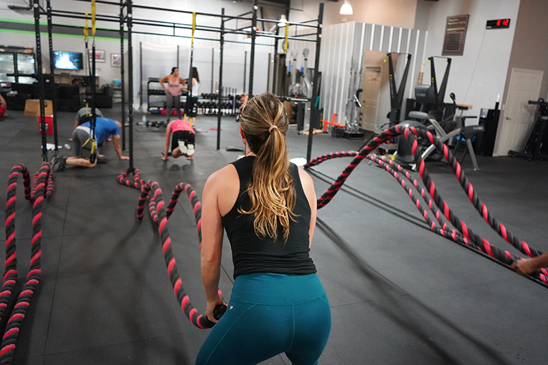 Kvinne som trener Crossfit