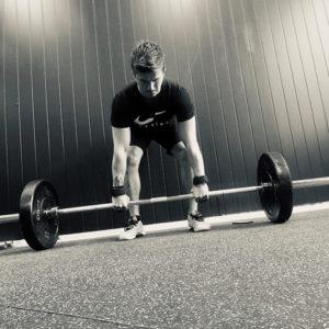 Mann som løfter vekter under workout hos CrossFit Senja
