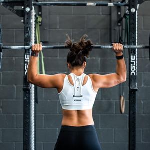 Kvinne som løfter vekter under en CrossFit workout hos CrossFit Senja
